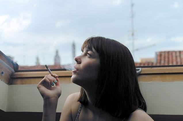 Ragazza che fuma sigaretta