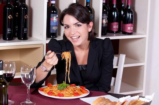 Ragazza piatto di spaghetti